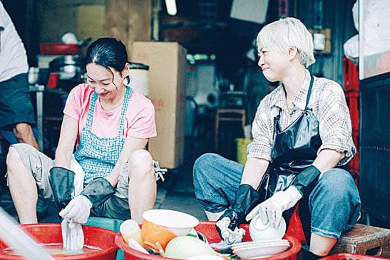 惠英紅(左)與劉玉翠(右)在MV中的劇照。(網絡圖片)