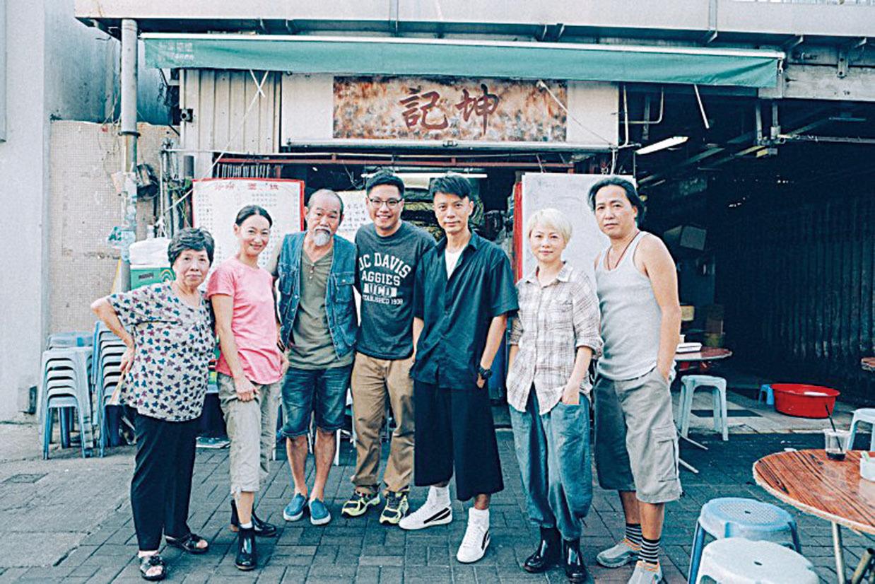 李克勤與MV眾演員合照。(網絡圖片)