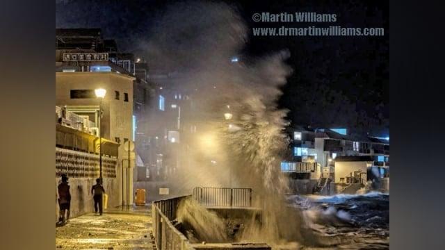 17日晚,颱風「莎莉嘉」在長洲東灣吹起烈風,激起高約8米的巨浪。(影片擷圖)