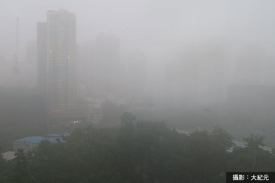 市區在過去一小時已錄得超過70毫米雨量,廣泛地區持續出現豪雨天氣。(大紀元)