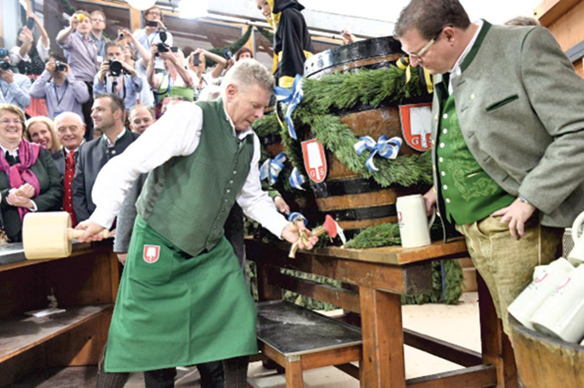 慕尼黑啤酒節上,市長準備敲開第一桶啤酒。