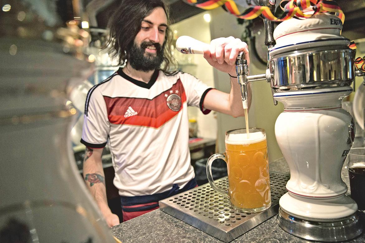 德國人欣賞球賽,少不了啤酒相伴。