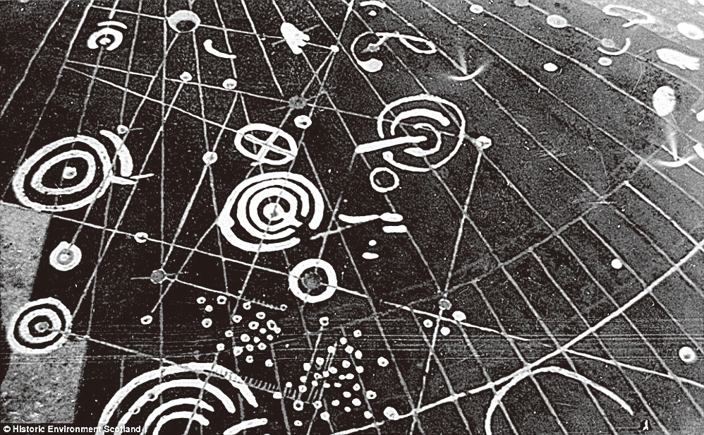 卡其諾石上刻有不同杯環形狀的圖案( cup and ring markings)。(網絡圖片)