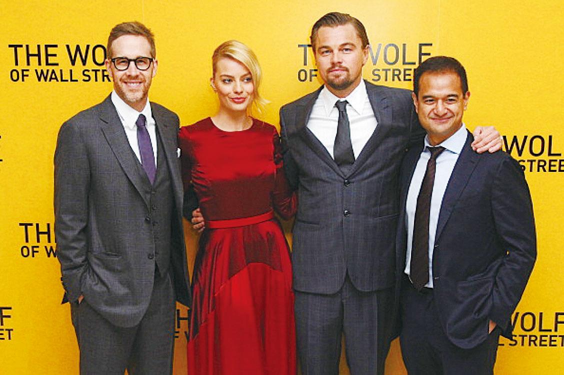 《華爾街狼人》的製片人納吉布的繼子阿齊茲(右一),與電影製片人麥克法蘭(Joey McFarland)(左一)、演員瑪歌羅比(左二)及里安納度狄卡比奧(右二)出席英國首映禮。(Getty Images)