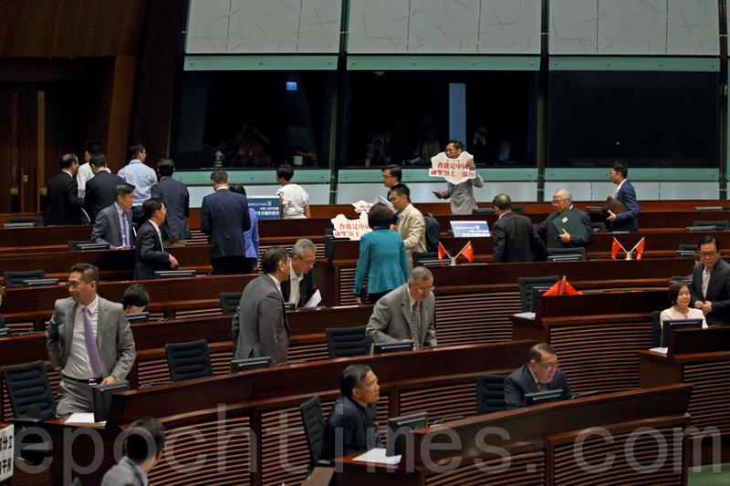 在立法會選舉主打「反拉布」的建制派,昨日利用點人數方式令立法會大會流會,被指有違選舉承諾。(潘在殊/大紀元)