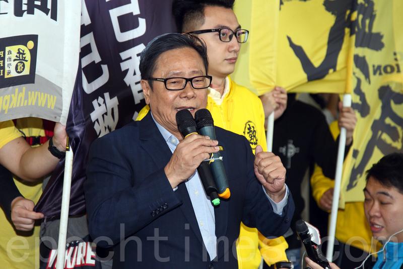 前立法會議員黃毓民2014年在行政長官答問大會上投擲玻璃杯,被控普通襲擊罪成。(大紀元資料圖片)