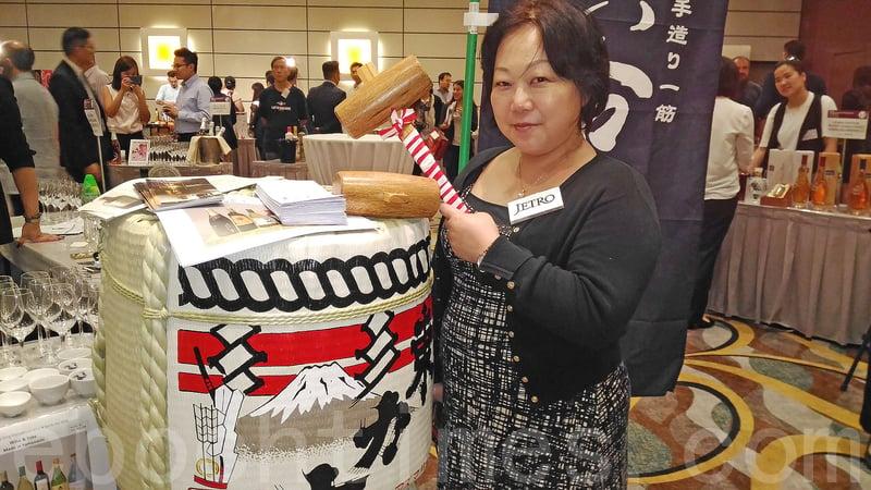 有日本參展商看好清酒銷情,第五次參加美酒展。(王文君/大紀元)