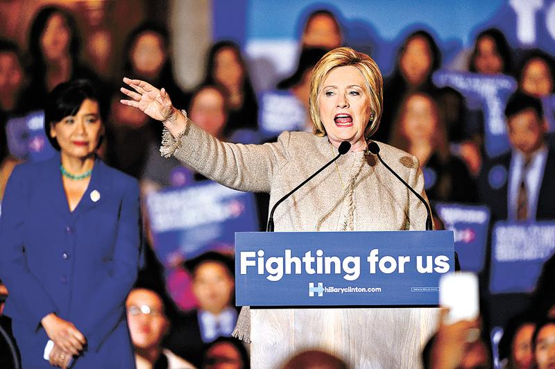 1月29日,美國國務院首次確認民主黨總統參選人、前國務卿希拉莉的私人寓所電郵伺服器中,有7組電郵中,總計37頁的22份文件,屬於最高機密。圖為希拉莉對亞裔選民發表演講。(AFP)
