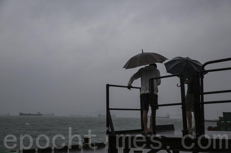 8號風波 市民到海旁追風