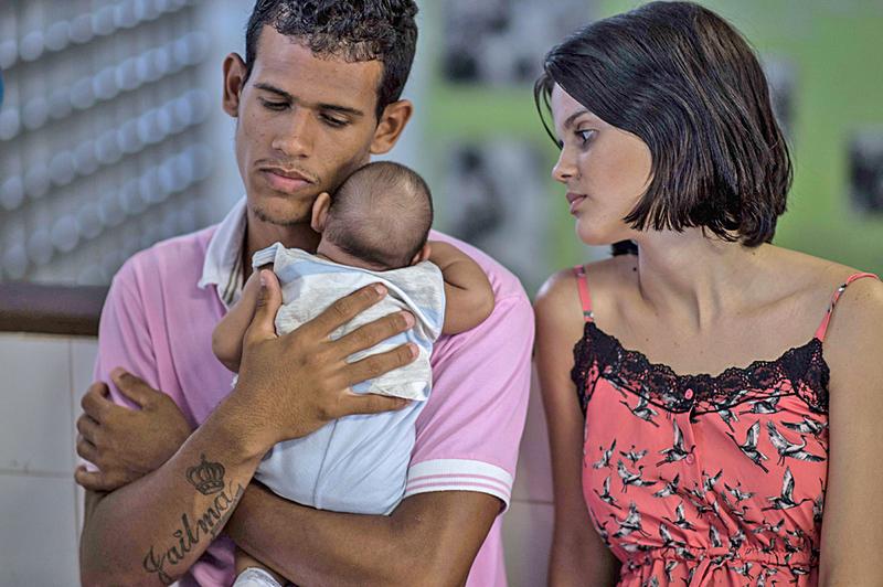 茲卡病毒在美洲迅速蔓延,圖為一對薩爾瓦多夫妻帶著感染茲卡病毒的兒子就醫。(AFP)