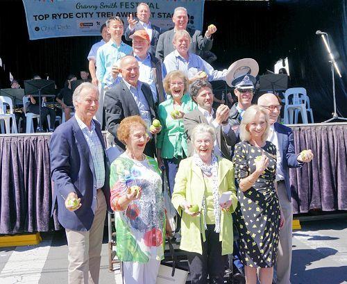 遊行主辦方萊德市的議員參加節慶,聯邦議員約翰•亞歷山大(前排左一)和萊德市副市長簡•斯托特(前排左四)稱讚法輪功團體。