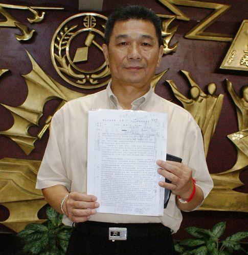 提案人新北市議員鄭金隆手持提案聯署書。