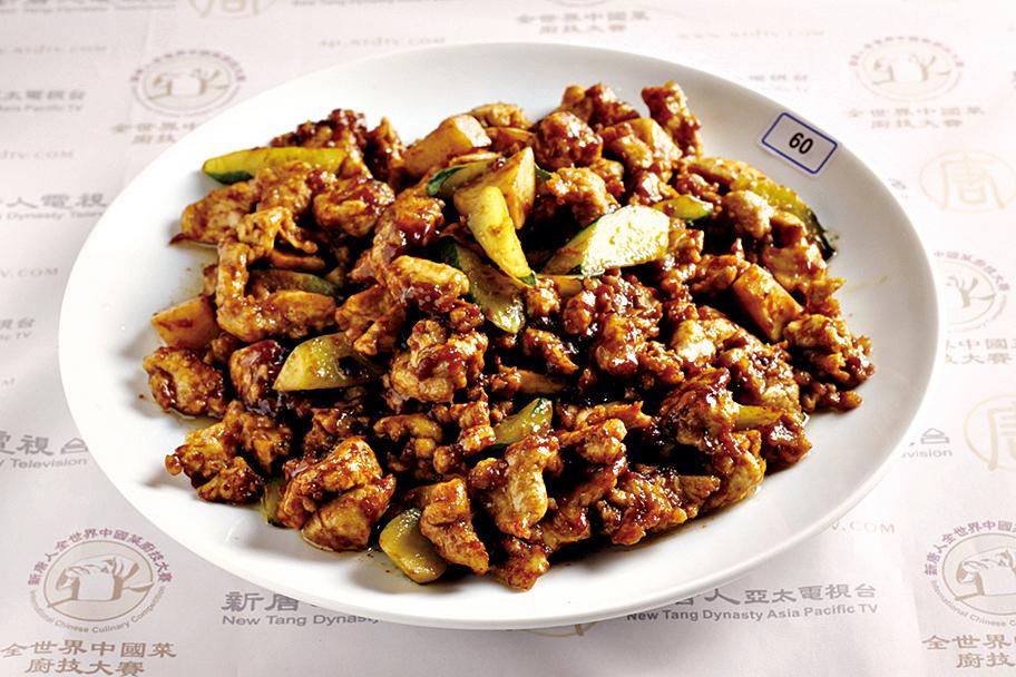 「醬爆雞丁」肉嫩而鮮透,鹹中帶甜,入口飄香。