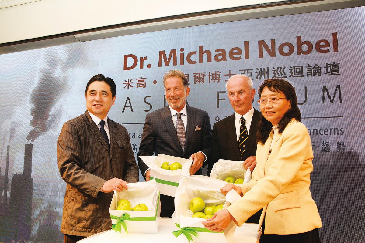(左起):出席會議的腫瘤科醫生和整合醫學提倡者楊友華醫生、三屆諾貝爾和平獎候選人楊克‧巴里先生(Mr. Yank Barry)、諾貝爾獎家族成員米高‧諾貝爾博士(Dr. Michael Nobel)及生態毒理學專家劉美明博士。(香港醫護學會提供)
