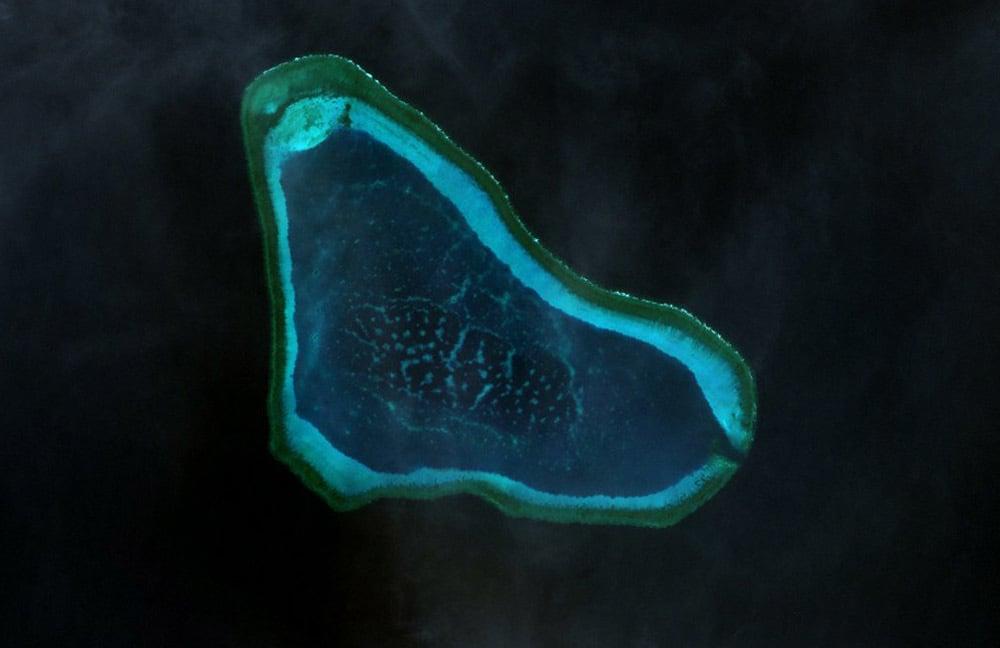 黃岩島衛星圖。(NASA)