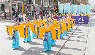 浩大的遊行隊伍,除有天國樂團表演外,亦有身着漢服的隊伍,弘揚傳統文化。(周容/大紀元)