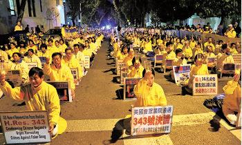 當地時間2016年10月22日晚,約2千名來自全球各地的部份法輪功學員在三藩市中領館前舉行集體煉功等活動,呼籲解體中共、結束對法輪功的迫害。(周容/大紀元)