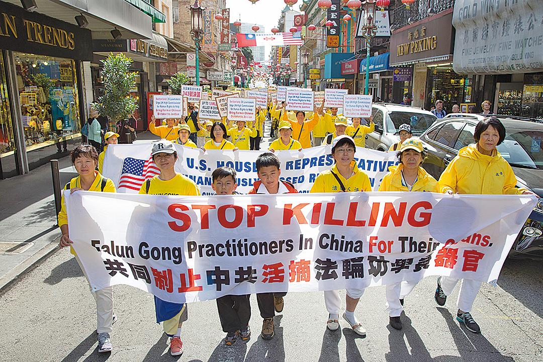 10月22日,來自世界各地的部份法輪功學員在三藩市遊行,呼籲民眾關注中共的暴行。(季媛/大紀元)