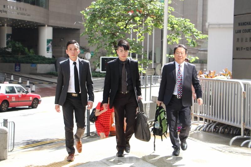 鄭永健(中)昨日在區域法院被裁定6項選舉舞弊罪成立,他與同時另外兩名被告顧家豪和陳建隆被裁定1項串謀選舉舞弊罪成。(大紀元資料圖片)