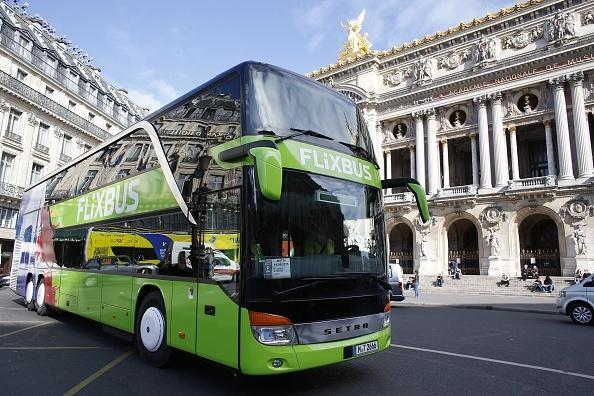 跑國際路線的德國巴士FlixBus正在經過巴黎歌劇院。(Thomas Samson/AFP/Getty Images)