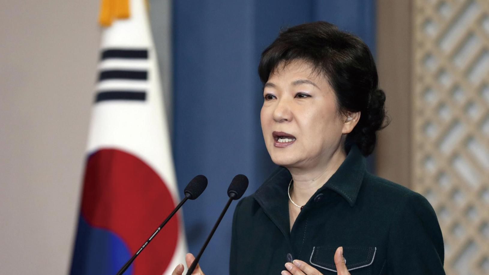南韓總統朴槿惠10月25日下午在青瓦台新聞中心春秋館就「秘線實勢崔順實干政爭議」,承認曾向被指為秘線親信的崔順實洩露演講稿等文件,為此公開向南韓民眾道歉。(AFP)