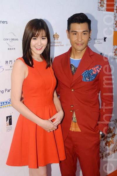 陳展鵬與劉佩玥都穿上紅衫,希望可以旺事業。(宋祥龍/大紀元)