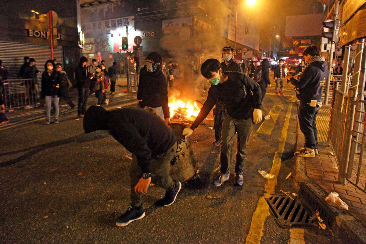 梁振英任內,屢次發現有黑社會冒充示威者挑起事端。圖為年初二旺角衝突。(大紀元資料圖片)