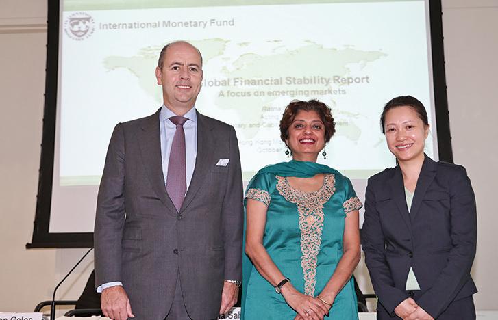 IMF貨幣與資本市場署理主任Ratna Sahay(中)、IMF駐港代表陳方楠(右)。(余鋼/大紀元)