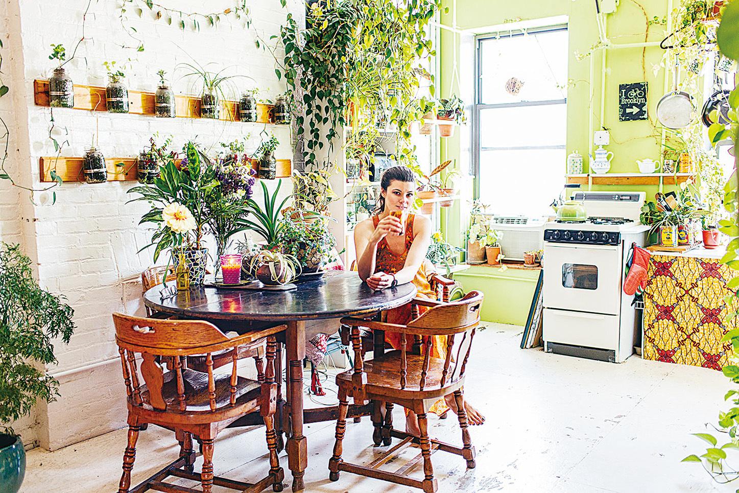 歐克思在自家廚房。(網絡圖片)