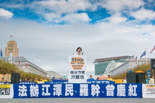 法輪功人權律師團發言人朱婉琪律師在集會上發言。