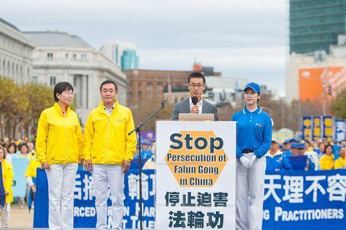 現居美國的法輪功學員王大可偕同父母及姑姑在集會上呼籲將迫害法輪功的元兇江澤民繩之以法。