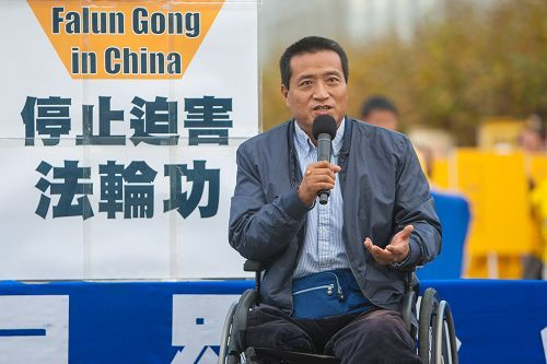 前北京學生方政在集會上表達對法輪功學員對敬佩,並譴責中共活摘器官暴行。