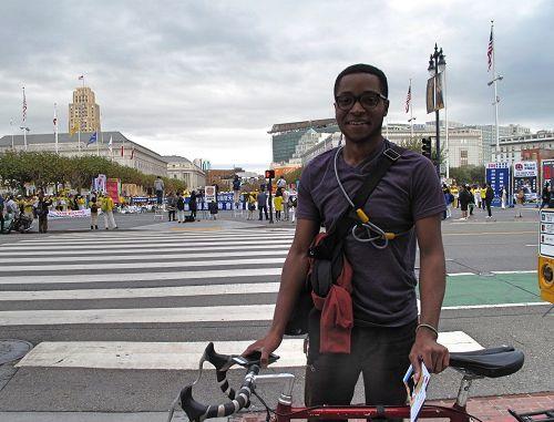 2016年10月24日,一位來三藩市旅遊的美國大學生剋裏斯(Chris)被法輪功反迫害集會所吸引。