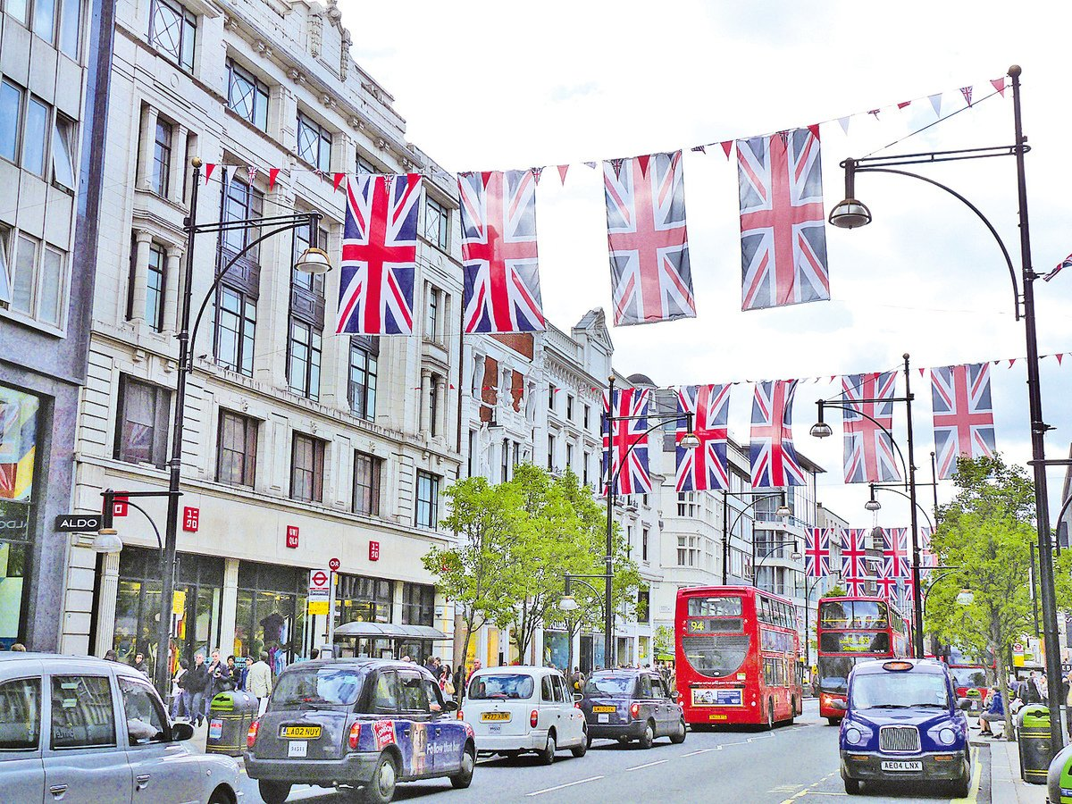 有經濟學家日前警告,英國政府的支出計劃或將面臨840億英鎊的黑洞。圖為倫敦市中心牛津街。(中央社)