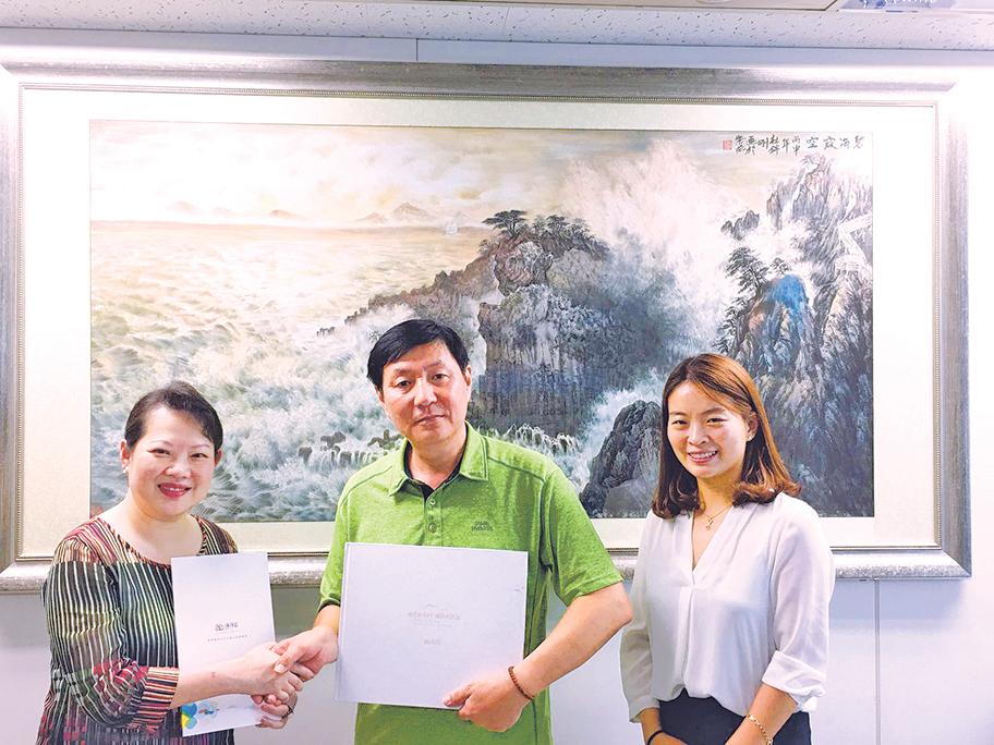黃許多娜(左)與綠人濟州(株)金澤寬理事(中)合照