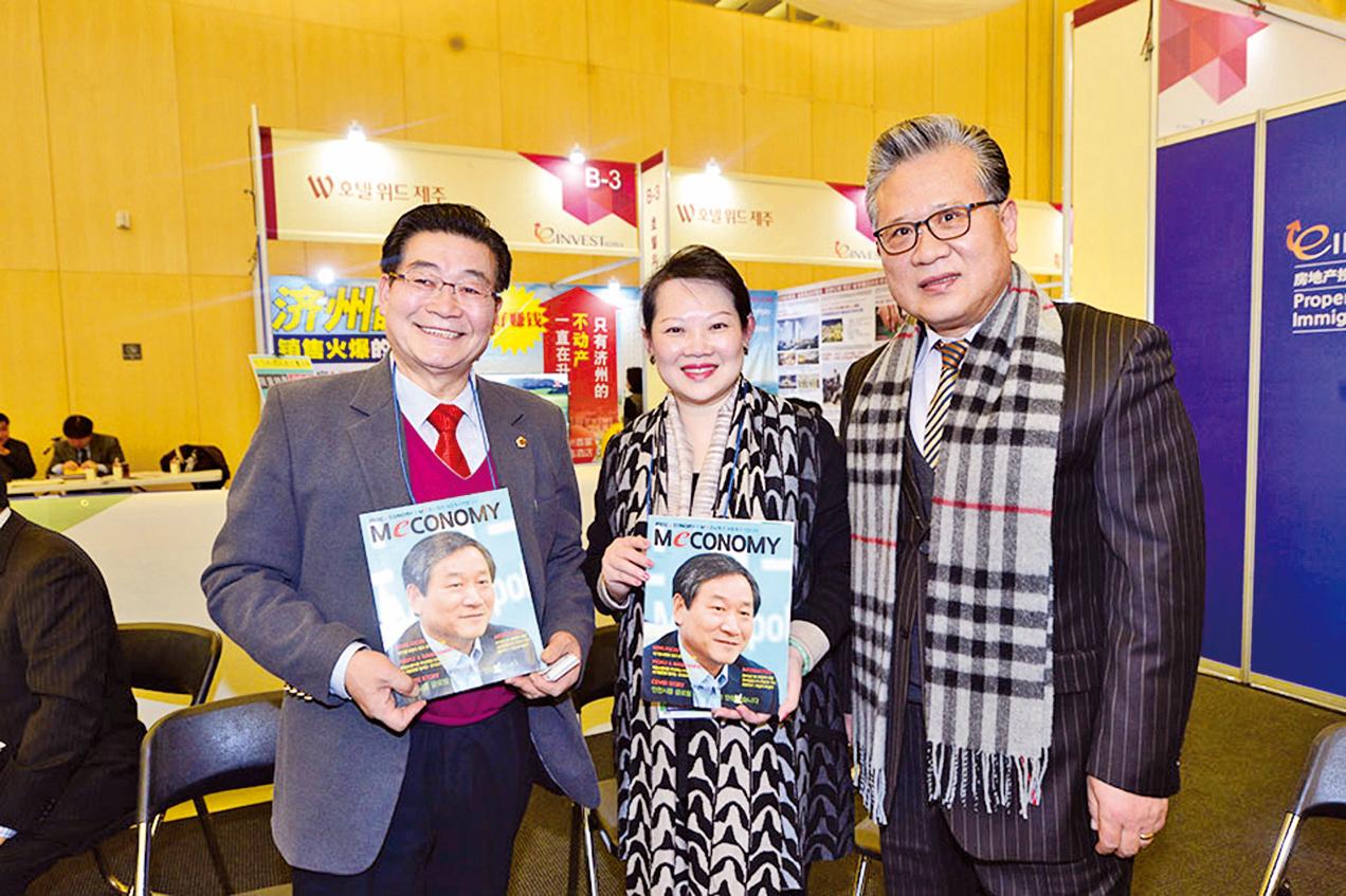 黃許多娜與仁川廣域市議會副議長,韓中文化交流中心會長朴勝喜(左)及株式會社GOOD MALL會長李珍合照。