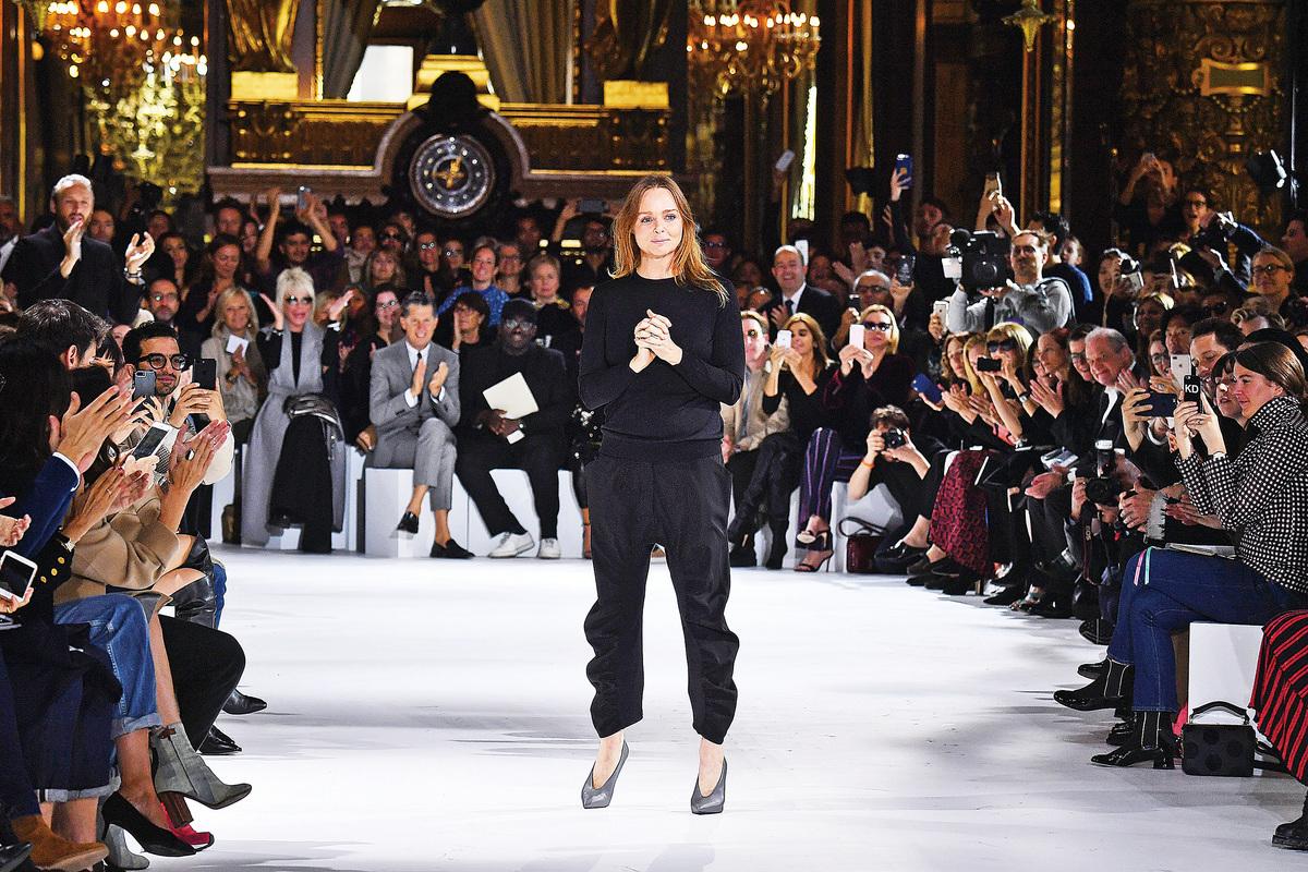 圖為Stella McCartney於10月3日在巴黎發佈其2017年春夏服裝系列。(Getty Images)