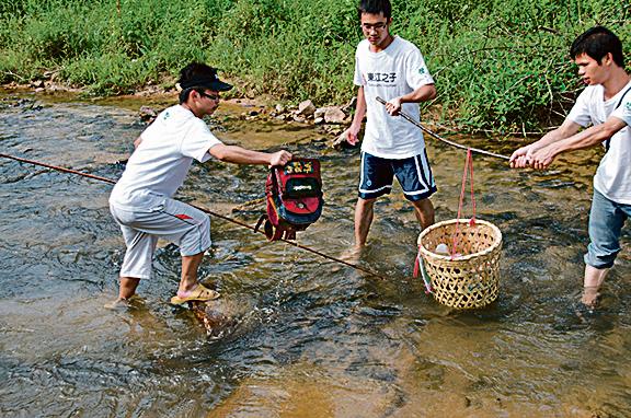 地球之友義工到東江源頭河裏清理垃圾。(地球之友網頁)