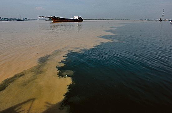 2008年8月2 日,來自廣東增城的黑色污染河水流入東江。(China Photos/Getty Images)