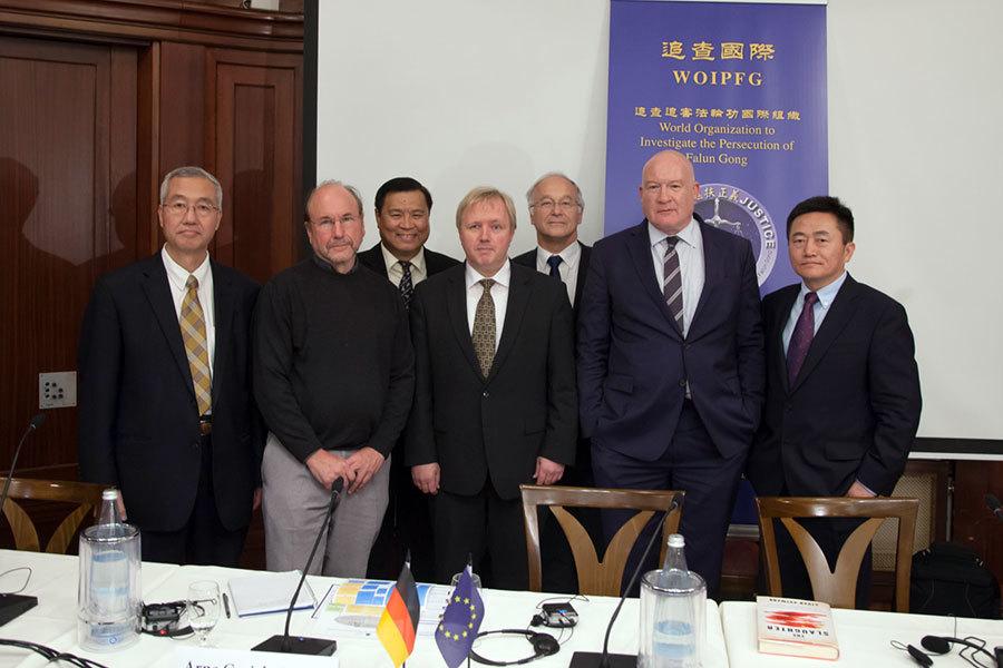 (前排從左到右)追查國際主席汪志遠醫生、IT醫學數據統計專家施瓦茨、歐盟議員蓋立克、獨立調查記者葛特曼、「追查國際」公關部主任李祥春。(後排從左到右)主持人美國天主教大學聶森教授、德國議員帕策爾特。(吉森/大紀元)