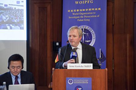 歐盟議員蓋立克參加2016年10月28日在柏林舉辦的反強摘國際論壇。(吉森/大紀元)