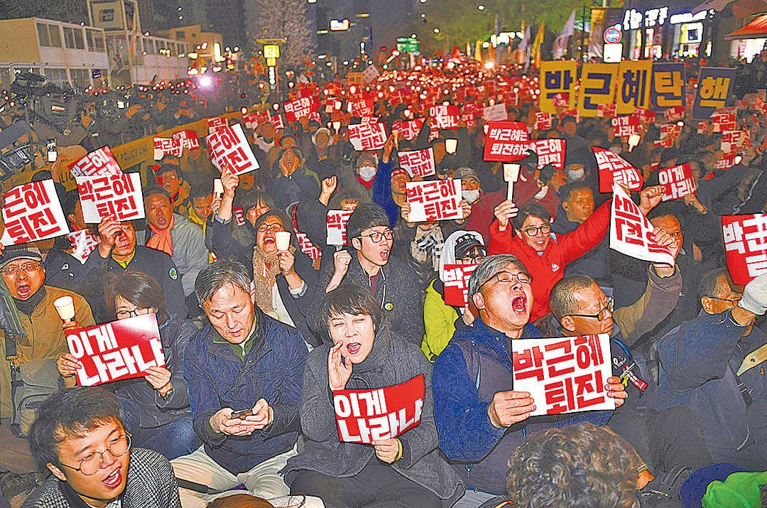 逾萬南韓民眾10月29日舉行燭光集會,要求總統朴槿惠落台。(Getty Images)
