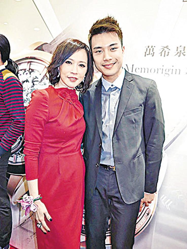 陳浚霆(右)與母親顧紀筠。(網絡圖片)
