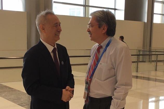 圖為習近平首席經濟顧問劉鶴(左)與財政司司長曾俊華(右)在今年9月杭州G20峰會上的合照。(曾俊華Facebook)