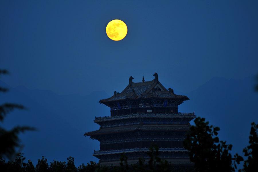 圖為山西永濟四大名樓之一的鸛雀樓與超級月亮相映成輝。(大紀元資料室)