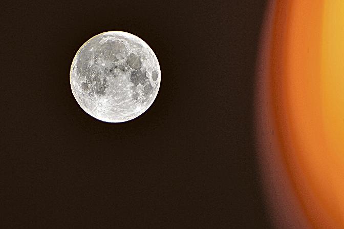 圖為去年中秋夜出現的17年來最大的「超級月亮」。(宋祥龍/大紀元)