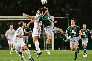 足球的頭球動作會傷害大腦降低記憶力