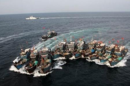 圖為侵入南韓海域的中國船隊。南韓海岸警衛隊方面表示,中國大陸船長們很有組織性,常常把他們的船隻拴在一起,在對抗南韓海警時「像是一座巨大的浮動的城市」。(大紀元資料圖)