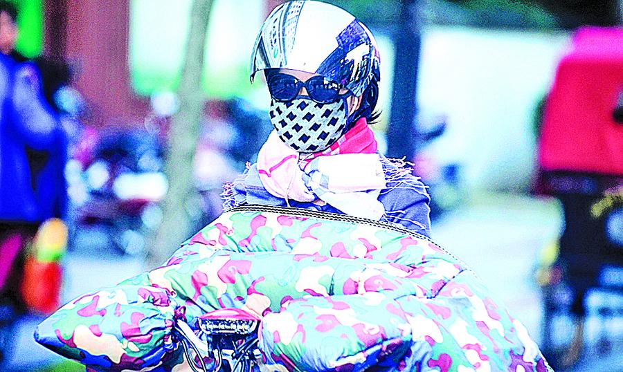 【圖片新聞】江蘇揚州突遭降溫 行人「全副武裝」