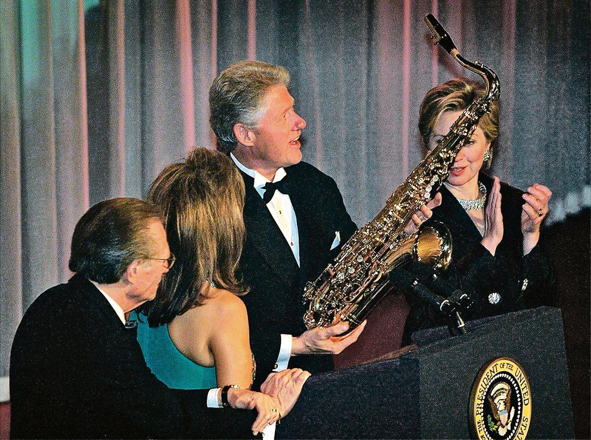 2000年11月30日,克林頓(右二)從李契的前妻丹尼斯(左二)手中接過禮物。(Getty Images)